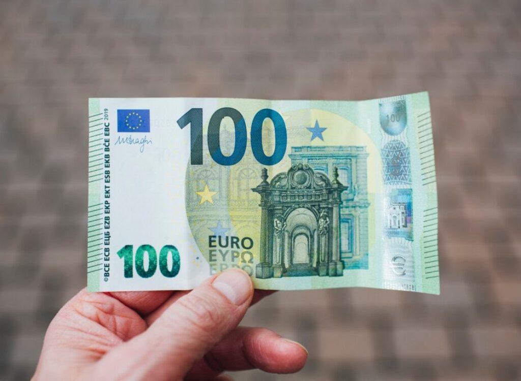 person holding 50 euro bill